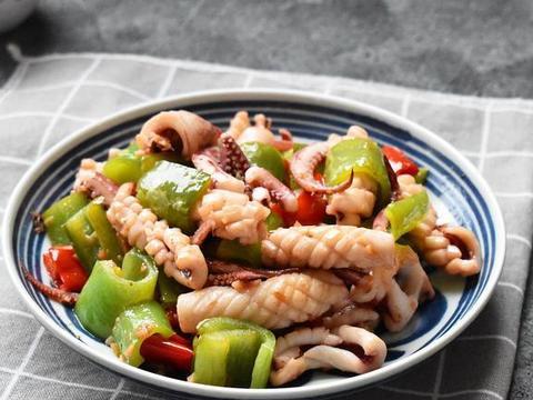 美食分享:青椒炒鱿鱼、排骨炖宽粉条、照烧杏鲍菇的做法
