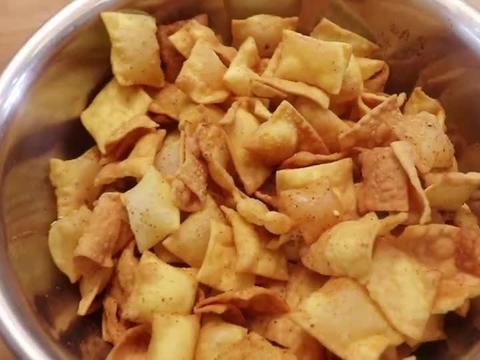 平时做些小零食,这个玉米面锅巴李姐经常做,两种面粉一个鸡蛋!