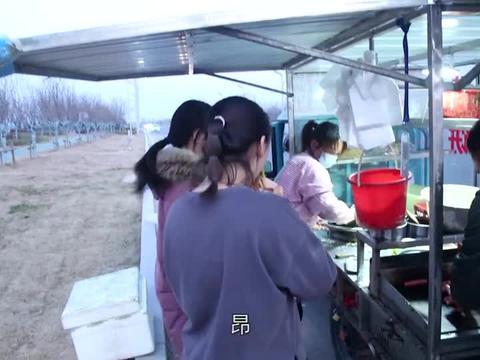农村媳妇买杂粮煎饼,又焦又脆,营养美味,侄女吃的真香,好幸福