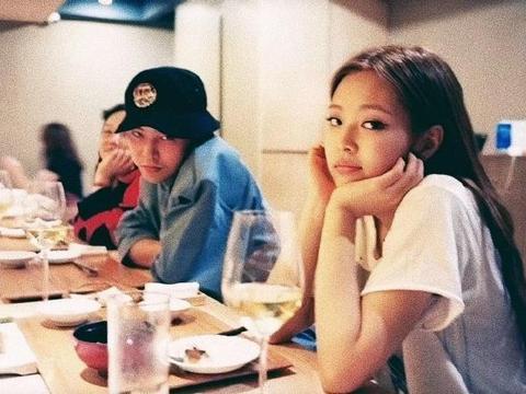 权志龙和JENNIE恋爱早有端倪,有同款手链还发相似照片,实锤了