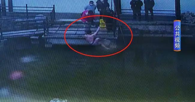 刚买的无人机失控落水,2米多深的水,小伙脱光了就往里跳