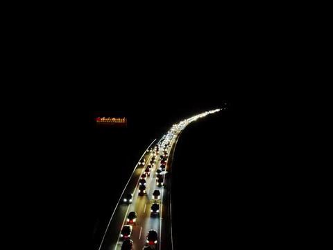 航拍广西桂林厦蓉高速公路大堵车 车辆排起长龙 夜里看着真是壮观