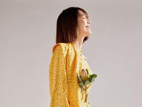 段奥娟穿黄色斑点连衣裙,笑容明艳亮眼,时尚有魅力