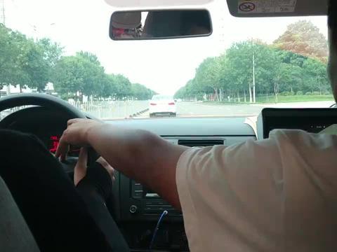 男学员做加减档操作,与前方教练车太近,吓坏后坐学员