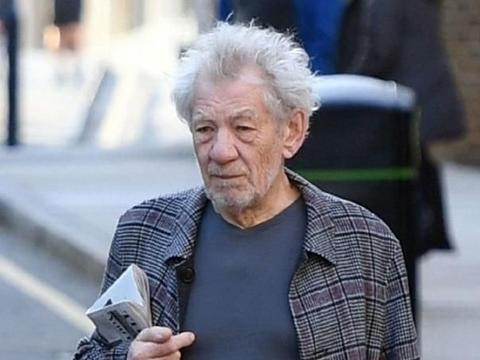 81岁英国国宝演员伊恩·麦克莱恩街头帅气出门