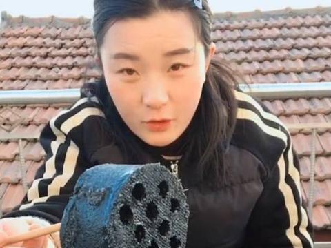 女子为了吸引观众,直播时在铁板上煎煤球,直接放在嘴里咬