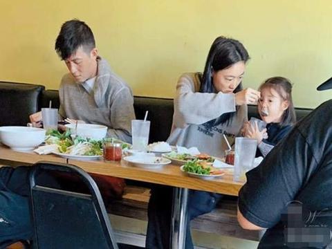 陈冠希一家三口温馨用餐,女儿对镜打招呼淑女可爱,神似秦舒培