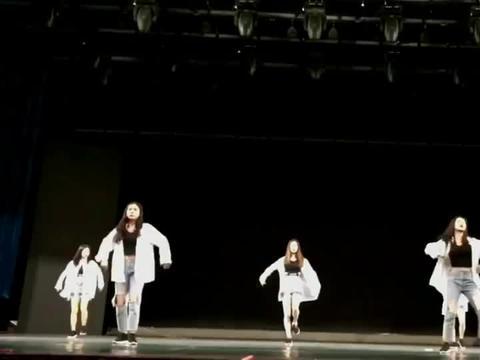 学校有这样的表演,同学们肯定都很喜欢!