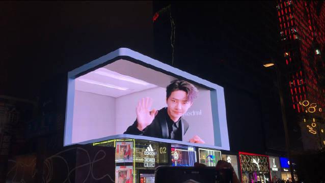 王一博成都太古里3D裸眼广告 下面全是人等着在拍哈哈哈!
