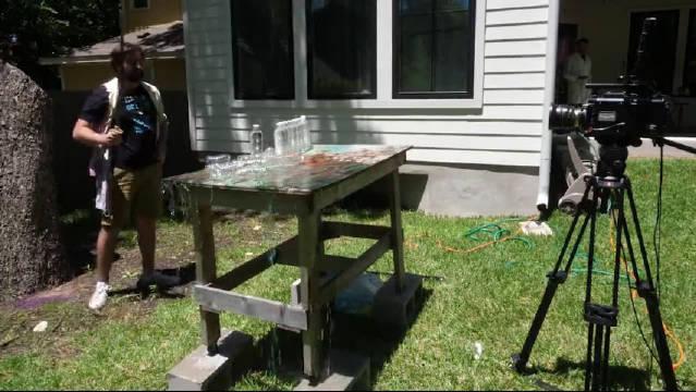 超慢镜头观看:武士刀横劈10个水瓶瞬间……
