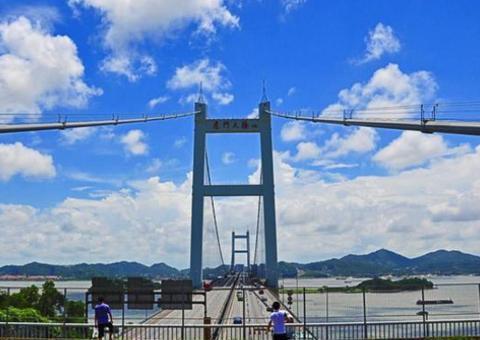 中国第一座大型悬索桥:主航道跨径888米,是重要的地标建筑之一