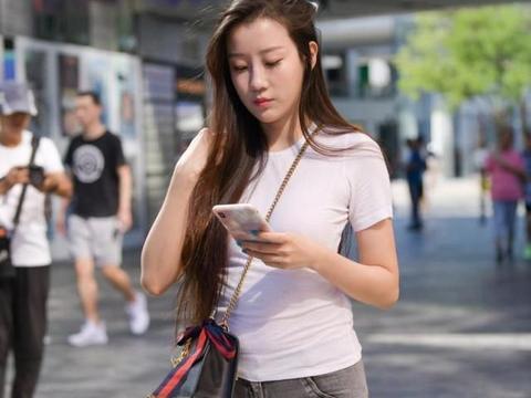 休闲打衬衫搭配紧身牛仔裤,瘦身有型,气质女孩都爱穿