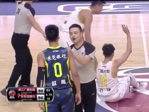 赵睿被绊倒,欲挥拳与刘铮爆发激烈冲突,还好裁判拉住了!