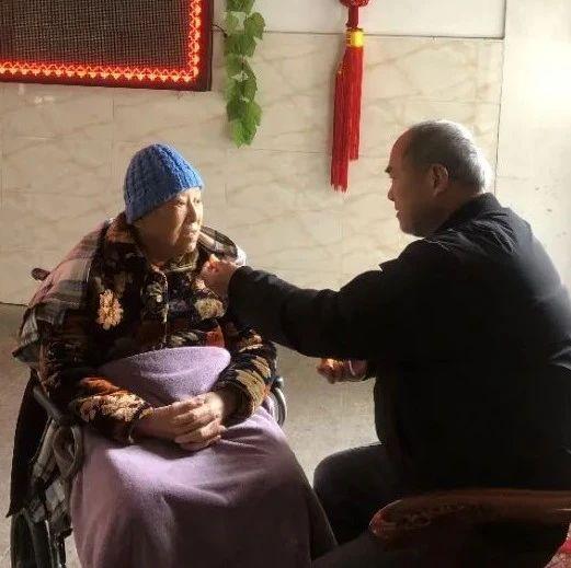 为了陪伴90岁母亲,68岁孝子住进了养老院