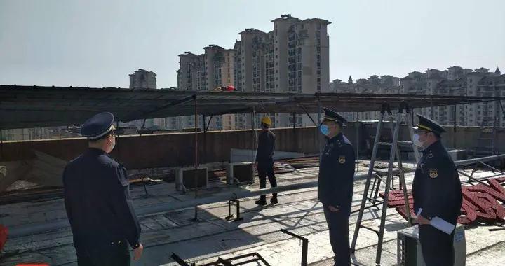 五层楼顶百余平方米违建铁皮棚破损不堪,执法部门及时拆除消险