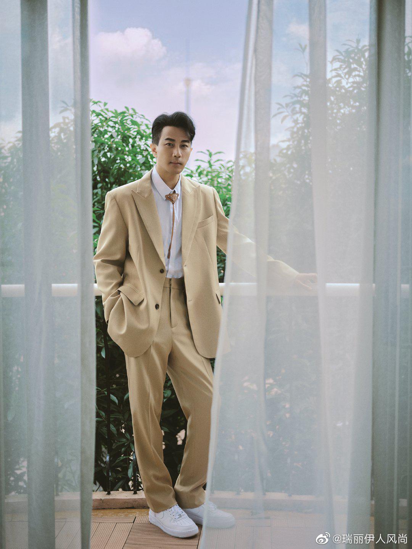 新造型用经典驼色西装搭配同色系BOLO TIE,清新俊逸……