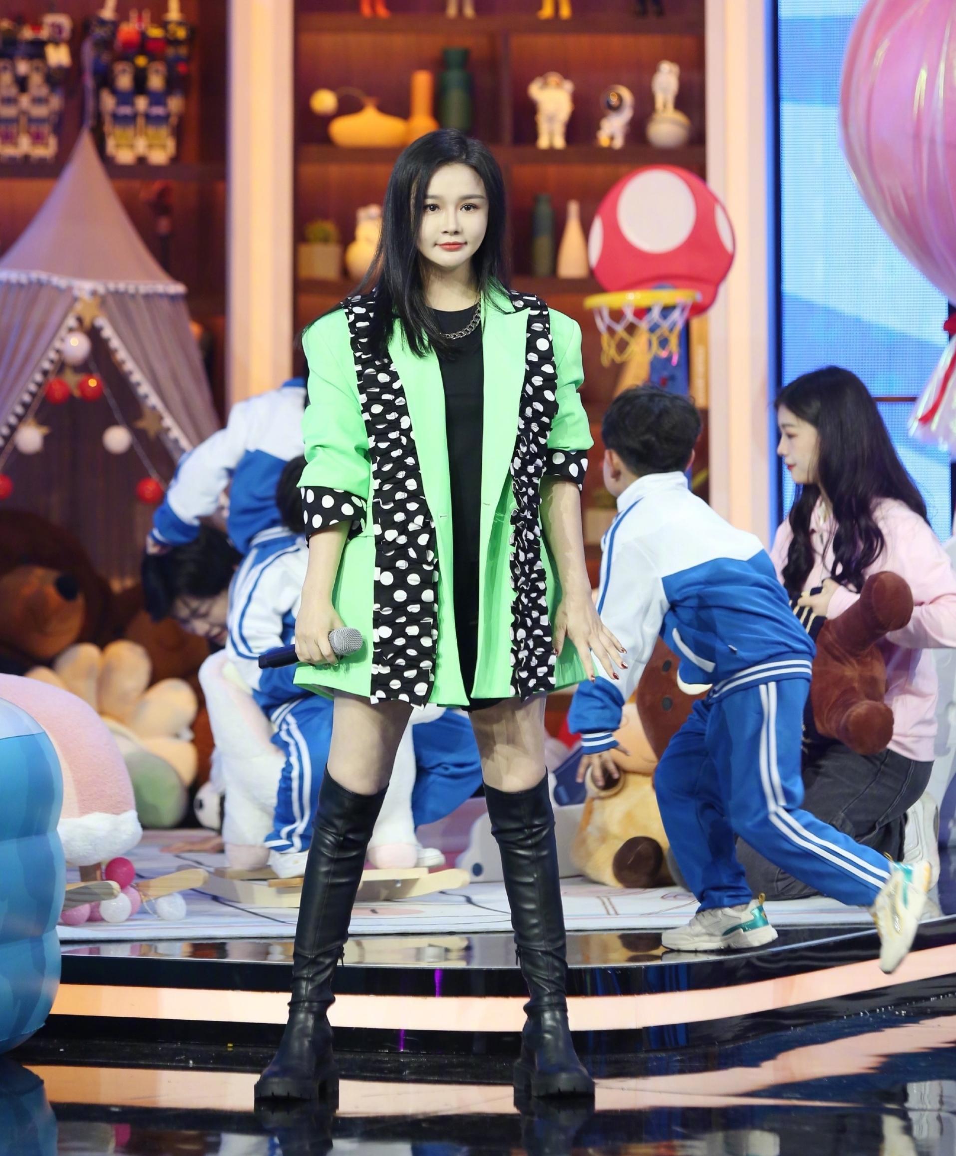 冉莹颖生三胎后重返综艺节目,秀长腿吸睛蔡国庆,迷妹:太好看了