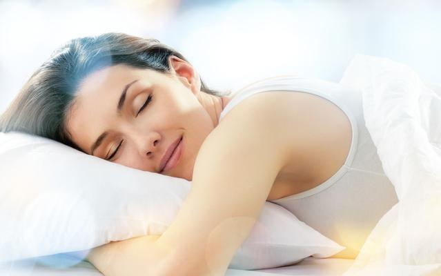 """睡觉前有4个""""短命事"""",想要身体更健康,最好一个不占"""