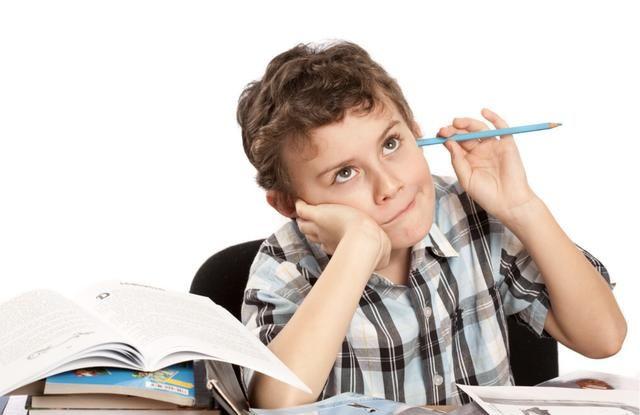 孩子作业拖拉时,你严厉管教,会毁了他的自控力