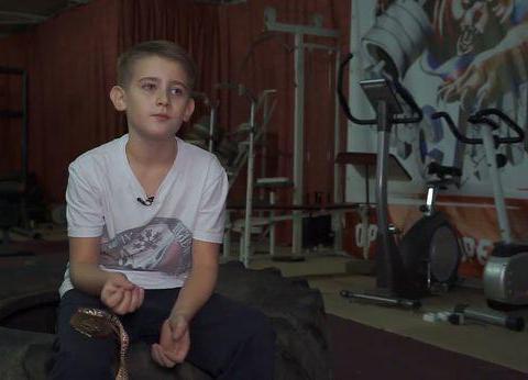 俄罗斯小男孩5岁爱上健身,如今11岁力大无穷,甚至能拖动汽车