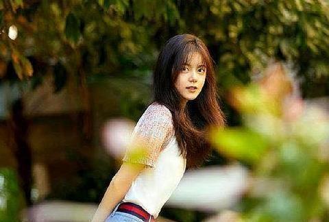 红色背带裙亮相,赵金麦比以前圆润了不少,大学生活很幸福!