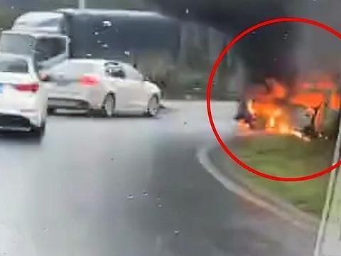 湖南发生一起事故,两车相撞,现场画面看着让人揪心