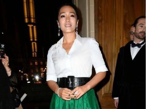 巩俐越老越会搭,穿白衬衫还配条绿色半身裙,却意外显得很时髦