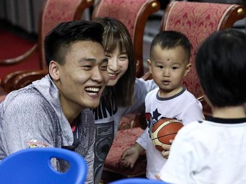 广东女球迷索要签名遭拒绝?他要全心投入比赛