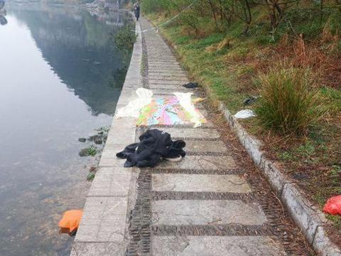 广西一男子水边溺亡,随身物品四散岸边,已经被当场盖上白布