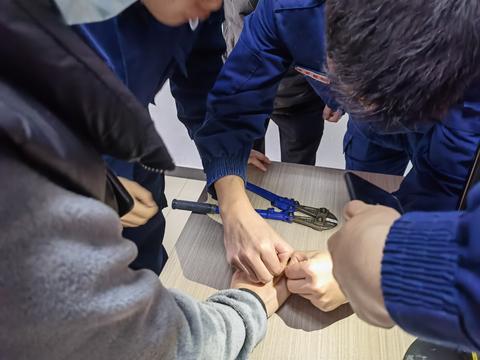 网红戒指咬手指 温州市民上门寻帮助 消防员巧用牙签成功脱困