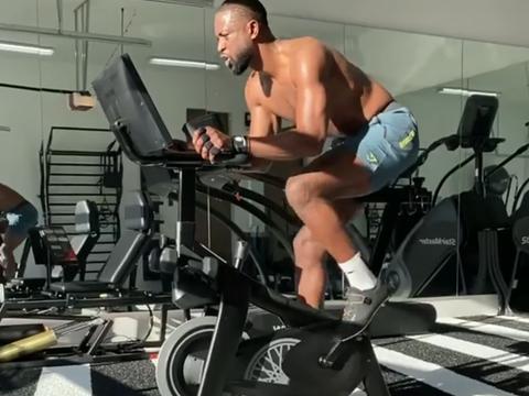 39岁韦德健身房赤膊苦练晒出八块腹肌 球迷调侃:准备复出帮詹皇?