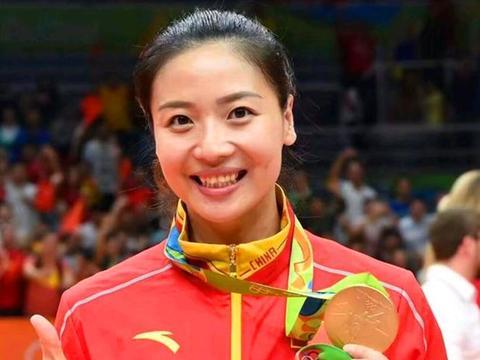 中国女排三任队长都是身价亿万的富姐妹,并且低调励志,打脸国足