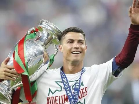 """C罗真幸运!来到葡萄牙队也遇到""""本泽马"""",将轻松卫冕欧洲杯"""