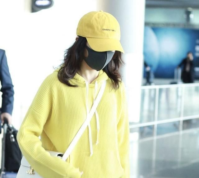 王鸥身穿柠檬黄的清新卫衣时尚亮相,清新嫩黄非常能够减龄