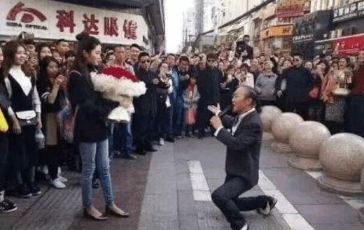 60岁大叔当街求婚90后美女,网友:大叔你还嫌屌丝不够多吗?