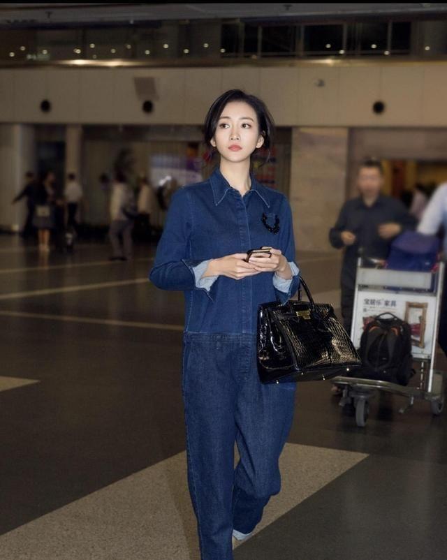 王鸥真精致,蓝色工装连体裤简约大气,基础款穿出高级感