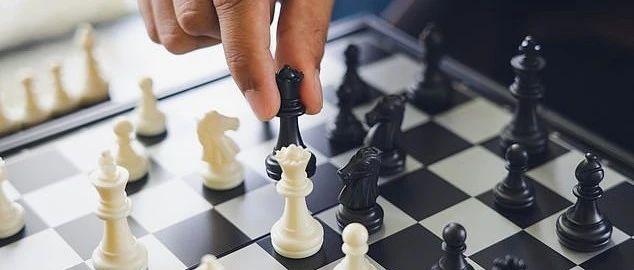 AI算法再次懵逼,把黑棋白棋识别成黑人白人,种族主义导致油管百万粉丝博主被封禁