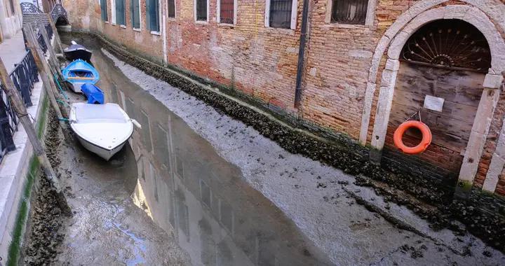 """""""水城""""威尼斯遭遇罕见低潮 河床干涸贡多拉船搁浅"""