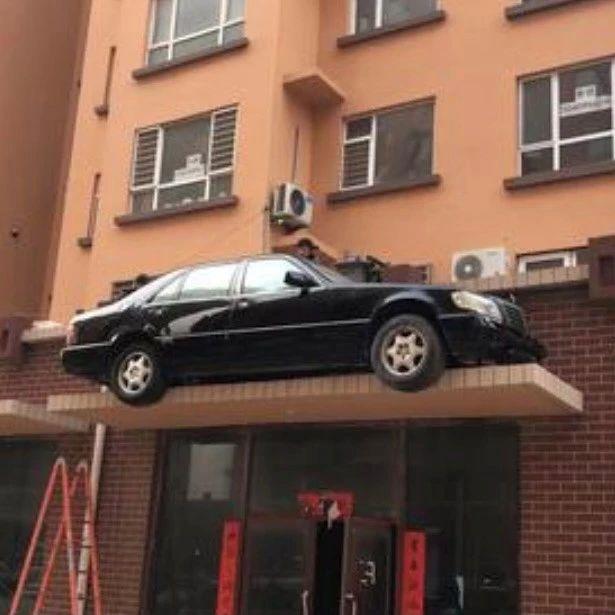 一奔驰车停上屋檐?真相是…