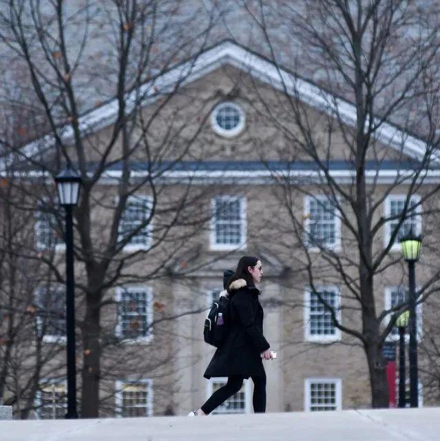 纽约时报:美国高等教育冰火两重天,过去一年65万教职工被辞退!