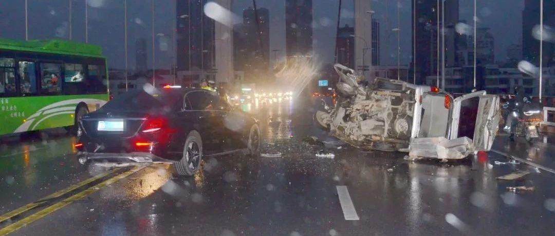 柳州奔驰车撞毁两车伤者被困,男司机逃逸不露面,让老婆处理!交警喊话四个字…