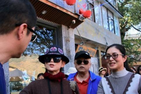 李亚鹏杨丽萍罕见同框,二人合作过《射雕》,杨丽萍饰演梅超风