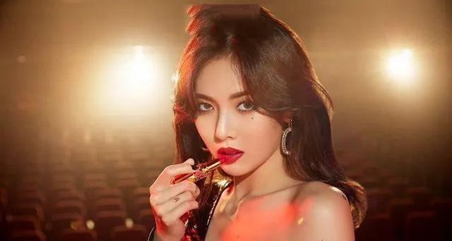 金泫雅真会穿,口红配合上她的眼妆,会显得更具有完整性