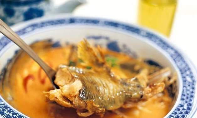 家常炖鱼,别只会用料酒去腥,牢记2个窍门,鱼肉更鲜嫩,没腥味
