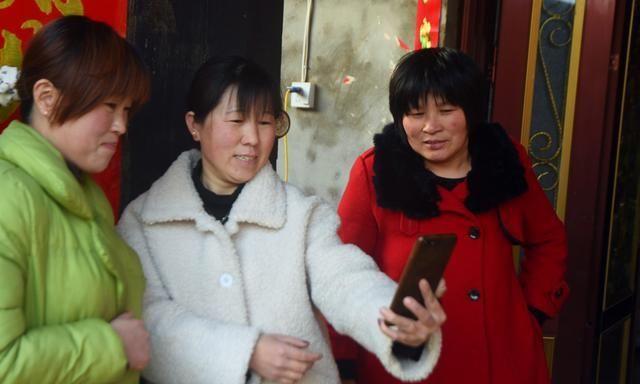 82岁农村老人用上智能手机,高兴得合不拢嘴,6个女儿一起教