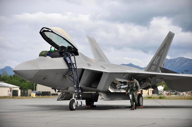 战斗机只有三个轮胎,为什么能够承受几十吨的机身重量?