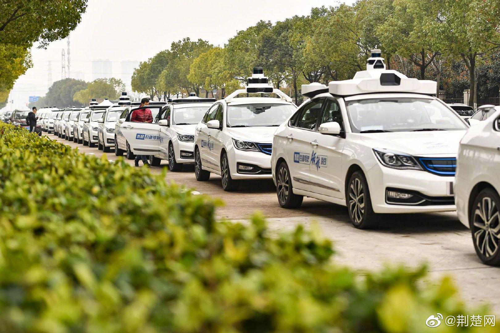 武汉首批自动驾驶出租车上路 市民即日起可免费试乘