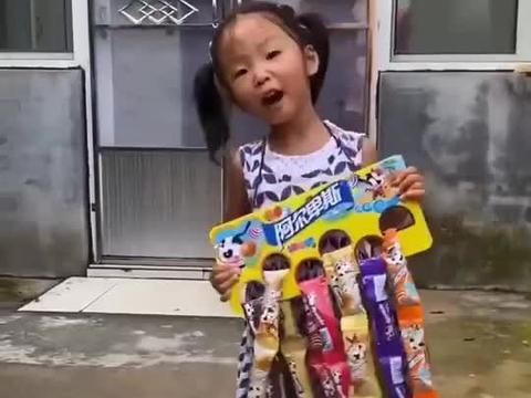 留恋的童年:妹妹在卖棒棒糖
