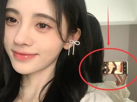 鞠婧祎对镜自拍,却忘记p镜中自己,原来这才是她25岁真实模样