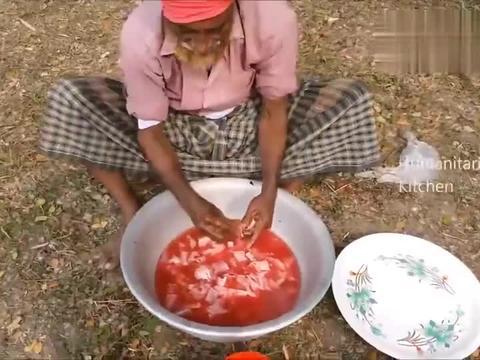 印度老大爷,摘来一大盆奇怪的食物,第一次见,看看他是什么吃法
